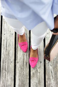 On deck: flats that are just as comfortable as they are cute. We love how @ellivenstudio added pops of pink to her outfit with the Francesca Bow-Front Driving Flats