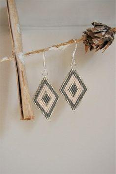 Brick Stitch Earrings, Seed Bead Earrings, Beaded Earrings, Beaded Jewelry, Peyote Beading, Bugle Beads, How To Make Earrings, Beading Projects, Jewelry Making Beads