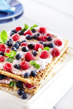Kuningatar-keksikakku Pirkka Crab Party, Dream Recipe, Waffles, Food Photography, Food Cakes, Breakfast, Ethnic Recipes, Desserts, Finland