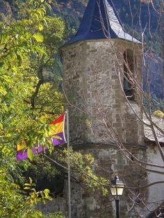 Aquí lo interesante no es la torre de la iglesia, sino la bandera republicana que ondea en la plaza desde hace un montón de años. Es Canfranc Pueblo, en el Alto Aragón