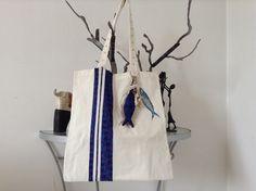 Tote bag coton blanc appliqué bayadères petites fleurs bleu violettes sardines peinte à la main et porte clés : Sacs à main par peint-d-epices