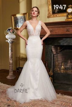 Sleeveless and backless mermaid wedding gown. The tulle wings on the lower part of the skirt provide volume, while the V neckline and open back exude sexiness and sensuality. Wedding Bride, Wedding Gowns, See Through Tops, Fit And Flare Wedding Dress, Flowy Skirt, Princess Style, Mermaid Wedding, Floral Lace, Backless