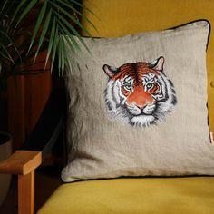 Die ideale Dekoration für dein Z'aus!  #dekoration #kissen #zuhause #polster #tiger #kissenbezug #polsterbezug Tiger, Throw Pillows, Home, Pillows, Ad Home, Dekoration, Toss Pillows, Cushions, Decorative Pillows