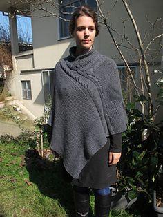 Ce poncho est une création des Sisters in Wool qui est réalisé avec trois points différents : point de riz, torsade sur 14 mailles et côte 1/1.