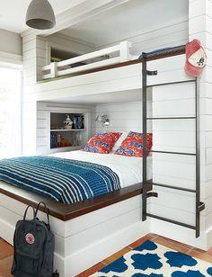 Une chambre de garçon dans un chalet de Muskoka qui prouve quu0027à la maison & Boysu0027 bed storage drawers | Top House Ideas | Pinterest | Boy beds ...