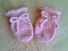 Ravelry: Perfectly Easy Baby Mittens pattern by Amanda Goldman