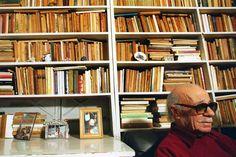 Ernesto Sabato en su biblioteca.