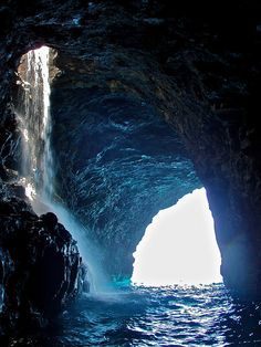 napali coastal cave in kauai : hawaii