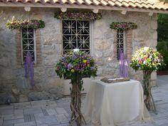 λαμπάδες γάμου με φρέσκα άνθη σε βάσεις από θαλασσόξυλα ....wedding decoration with driftwood