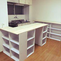 2LDKの、Kitchen/ナチュラル/ハンドメイド/DIY/キッチンカウンターDIY/食器棚兼オーブンカウンターについてのインテリア実例。 「カラボを大活用‼︎ ...」 (2018-03-03 15:21:09に共有されました) Kitchen Counter Diy, Diy Kids Kitchen, Kitchen Storage, Kitchen Design, Kitchen Decor, Japanese Interior, Diy Interior, New Room, Small Apartments