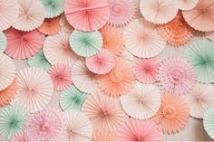 Que tal decorar a parede da sua mesa de doces com lindas rosáceas de papel?