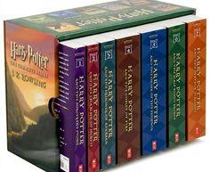 Sinopse - Harry Potter  - J. K. Rowling Harry Potter é um garoto comum que vive num armário debaixo da escada da casa de seus tios. Sua vida muda quando ele é resgatado por uma coruja e levado para a Escola de Magia e Bruxaria de Hogwarts. Lá ele descobre tudo sobre a misteriosa morte de seus pais, aprende a jogar quadribol e enfrente, num duelo, o cruel Voldemort.