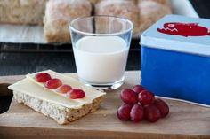 Langpannebrød er enkelt å lage, og er kjempepopulært hos både store og små. Brødet er ypperlig frokost- eller matpakkebrød, og smaker også godt til for eksempel supper og gryteretter. Prøv det du o… Glass Of Milk, Panna Cotta, Food And Drink, Drinks, Ethnic Recipes, Velvet, Drinking, Drink, Cocktails