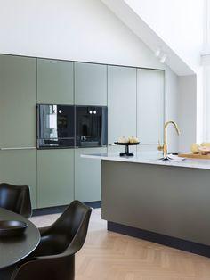 Totalinnredning til leilighet i Kristiansand Kitchen Interior, Kitchen Inspirations, Beautiful Kitchens, Apartment Interior, Dark Green Kitchen, Bespoke Kitchens, Home Decor, House Interior, Kitchen Furniture Design
