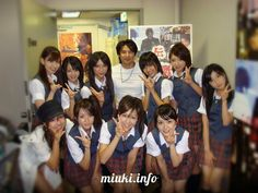 Почему японцы делают пальцами букву V, когда фотографируются http://miuki.info/2010/10/pochemu-yaponcy-delayut-palcami-bukvu-v-kogda-fotografiruyutsya/