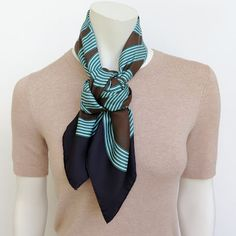 MaiTai's Picture Book: Camélia knot tutorial Ways To Tie Scarves, Short Scarves, How To Wear Scarves, Neck Scarves, Scarf Wearing Styles, Scarf Styles, Scarf Knots, Diy Scarf, Scarf Tying Tutorial