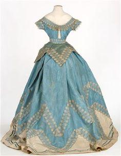 Blue silk taffeta dress, late 1860s. IMATEX, register number 11907. Rear view of low bodice/evening bodice.