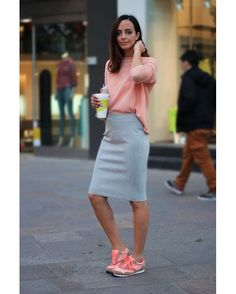 Look do dia: saia lápis, tricô levinho e tênis. Gostaram da combinação rosa e cinza?