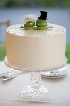 We're in love with how Alisa & Allan used our Peas Pass the Salt and Pepper Shaker Set as their cake toppers! Best wishes to those two peas in a pod. :)