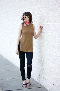 Everlane Minimal Style, Skechers Relaxed Fit Sandals, Black Skinny Jeans, Wood Sunglasses