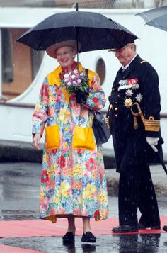 57856b12 Dronning Margrethe har selv valgt stoffet til sin farverige regnfrakke, som  hun her viser frem