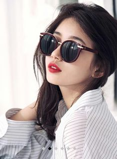 miss A's Suzy became a femme fatale for Carin's 2016 Spring/Summer collection of trendy sunglasses. Stylish Girls Photos, Girl Photos, Miss A Suzy, Profile Picture For Girls, Wild Girl, Idole, Wearing Glasses, Bae Suzy, Korean Celebrities