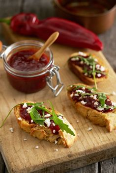 Toast met paprikajam, geitenkaas en rucola - Dishcover Tapas Party, Bistro Food, Tapenade, Edamame, Tacos, Brunch, Mexican, Chutney, Toast