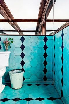 Petit Trois's Turquoise Bathroom We can't get this turquoise and black geometric tile, chosen by our editor-at-large Estee Stanley for the bathroom of L. restaurant Petit Trois, out of our minds. Tuile Turquoise, Turquoise Tile, Turquoise Bathroom, Funky Bathroom, Turquoise Room, Bathroom Black, Bathroom Colors, Modern Bathroom, Restaurant Interior Design