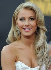 love Julianne Hough's curly hairstyle