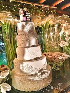 Bolo de casamento - Mesa de bolo e doces -  Copos de leite e tulipas - Projeto Le Sorelle Cerimonial e Decoração na