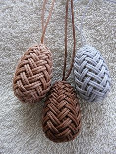 Herringbone Pineapple Knots - they remind me of GoT dragon eggs! With paracord?Herringbone by Nancy Barnhart Macrame Knots, Micro Macrame, Macrame Jewelry, Knot Braid, Paracord Projects, Bijoux Diy, Paracord Bracelets, Herringbone, Fiber Art