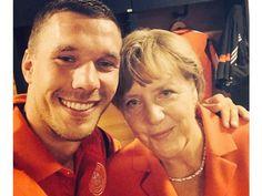 """Pin for Later: """"Sag' Cheese!"""" Die besten Selfies der Stars Lukas Podolski und Bundeskanzlerin Angela Merkel Quelle: Instagram poldi_official"""