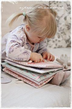 Puolitoista vuotta sitten, Murun syntymän jälkeen olisin halunnut ommella hänelle tällaisen pehmeän kirjan. En silloin kuitenkaan s...