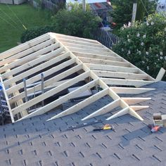 Construire une véranda Roof Trusses, Roof Structure, Garage Addition, Porch Addition, Porch Roof, Roof Deck, Pergola On The Roof, Building Homes, Building A House