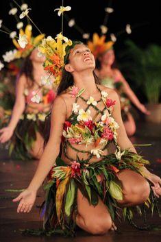 Heiva I Tahiti.grass belts/skirts for Company jungle numbers Polynesian Dance, Polynesian Culture, Maui Luau, Aloha Hawaii, Hawaii Beach, Hawaiian Costume, Tahitian Costumes, Tahiti French Polynesia, Maori