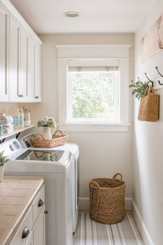 Have a monotonous laundry room? Farmhouse laundry room ideas to give your space a lovely transformation. Look at this farmhouse laundry room ideas to makeover your very own laundry room! Discover a laundry room farmhouse ideas and inspiration decor here. Small Laundry Rooms, Laundry Room Organization, Laundry Room Design, Laundry Room Colors, Laundry Room Wall Decor, Laundry Closet, Laundry Room Baskets, Laundry Drying, Laundry Room Bathroom