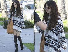 Boho romântico  Aqui, o óculos de coração adiciona um toque divertido ao look de inspiração boho-chic, composto por maxitricô com estampa étnica (usado como vestido), meia 7/8 e botinhas estilo wedge, aquelas com salto embutido.   1 acessório, 3 looks: Selena Gomez ama seu óculos de coração! - Moda - CAPRICHO