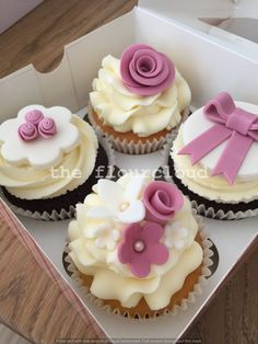 Vintage flowers on these birthday cupcakes.