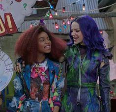 Disney Channel Descendants, Disney Descendants 3, Descendants Cast, Descendants Costumes, Dove Cameron, Disney Magical World, Big Bang Theory Quotes, Kenny Ortega, Cheyenne Jackson