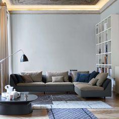 Il divano Sinua è disponibile in molteplici varianti e il rivestimento in grigio scuro si abbina perfettamente sia con il giallo senape che con il grigio tortora e il blu. La prima nuance dona un tocco di colore al salotto: usare un colore d'accento per far risaltare un dettaglio permette di caratterizzare l'ambiente.