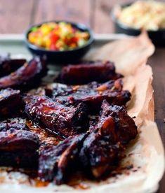 Lepkavá žebírka se salátem coleslaw a salsou Ribs On Grill, Coleslaw, Paleo Recipes, Salsa, Steak, Grilling, Food And Drink, Beef, Baking