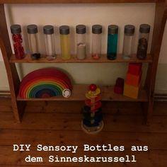 Schöne Beschäftigung für kleine Krabbler: Die Sensory Bottles. Aber auch die Großen  können sich noch toll mit diesen bunten Flaschen beschäftigen. Wer findet die kleinen Monster im Reis? Und wer findet den Marienkäfer in einer Flasche voller roter Dinge? Wir füllen die Flaschen gerne mit  - Wasser und Speisefarbe - 1/2 Wasser + 1/2 Öl + Speisefarbe - Naturmaterial  - Bastelmaterial #sensorybottles #voss #diy #bastelnfürsbaby #sinnesspiele #spielgruppe  #elternblogger #elternkindkurs Sensory Bottles, Sensory Play, Red Things, Little Monsters, Game Ideas, Too Busy, Parents, Do Your Thing, Education
