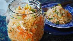 Haluaisitko syödä terveellisesti, mutta kasvisten pilkkominen ja salaatin kyhääminen päivittäin tuntuu työläältä? Onneksi voit valmistaa kerralla ison satsin tätä herkullista purkkisalaattia ja nautiskella ruokien lisukkeena vaikka koko viikon – tai peräti kaksi viikkoa.