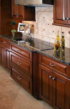 Traditional Kitchen Backsplash With Granite Countertops Design, Pictures, Remodel, Decor and Ideas - page 17 Oak Kitchen Cabinets, Brown Cabinets, Painting Kitchen Cabinets, Kitchen Backsplash, Kitchen Countertops, Backsplash Design, Granite Kitchen, Backsplash Ideas, Home Decor Kitchen