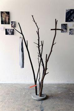 Im Frühjahr werden die Bäume beschnitten, die herabfallenden Äste finden in der aktuellen Kollektion des jungen Designers Samuel Treindl entsprechende Verwendung. In Beton eingegossen entstehen zie…: