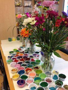 Kindergarten children mixed the colors of spring flowers (Falk Lab School) Reggio Emilia, Kindergarten Art, Preschool Art, Reggio Inspired Classrooms, Classroom Crafts, Reggio Classroom, Classroom Ideas, The Colour Of Spring, Elementary Art