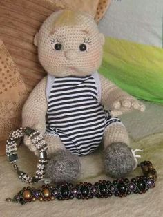 I wish there were a pattern for this.  One of the cutest baby dolls I've ever seen.  I'd even pay top dollar for this pattern.