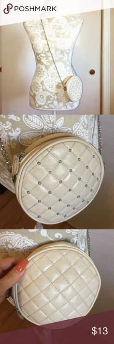 ✨Studded chained forever 21 cross-body (beige) ✨ Perfect purse for date night, something light, going to Vegas? Or anywhere where it's inconvenient to carry a huge purse and need to look fashionable? This is your perfect gross body purse! Super cute studded in the front and chained strap! ❤️🙌🏽 Forever 21 Bags Crossbody Bags