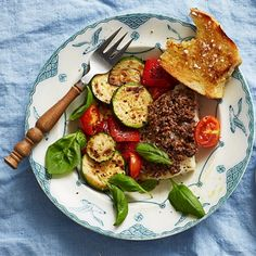 Allt-i-ett-rätter är toppen till vardags! Passa på att tillaga grönsakerna samtidigt med fisken i ugnen. Fisken, i det här fallet torsk, smaksätter du med färdig tapenade på burk – en olivröra från medelhavsköket. Tapenaden kan ersättas med pesto.