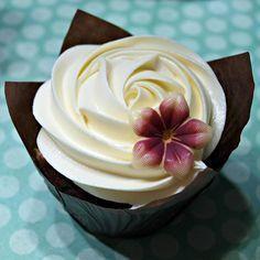Comment faire de la ganache de chocolat blanc. La ganache est une garniture très utilisée en pâtisserie pour décorer tout type de dessert, des gâteaux jusqu'aux biscuits et autres cupcakes. Il s'agit d'une préparation d'origine française, , dont l...